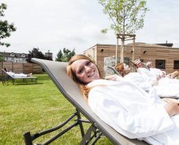 Sauna-Außenbereich mit Entspannungsliegen