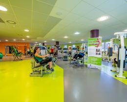 Trainingsfläche mit modernen Trainingsgeräten