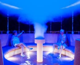 Sole Inhalations-Sauna mit blauem Licht, Reisig an den Wänden, an denen die Sole herab rieselt