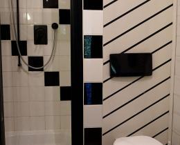 Badezimmer mit Dusche/ WC