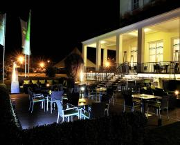 Terrasse Kurhaus am Burgsee bei Nacht