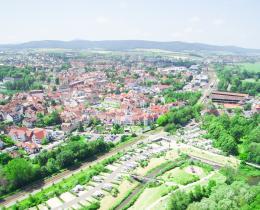 Luftaufnahme mit SOLEWELT und Stadt im Hintergrund