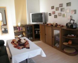 Wohnzimmer mit Fernseher und Sitzecke