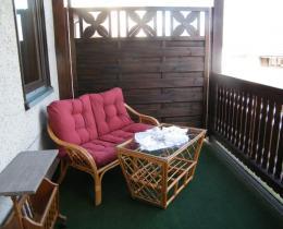 gemütliche Sitzecke auf dem Balkon mit Blick ins Werratal