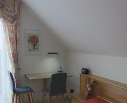 Schlafzimmer Tisch - Ferienhaus Mey - Ferienwohnung - Urlaub - Kur - Bad Salzungen