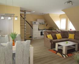 Wohnzimmer mit Küchenzeile, Wohnung 2